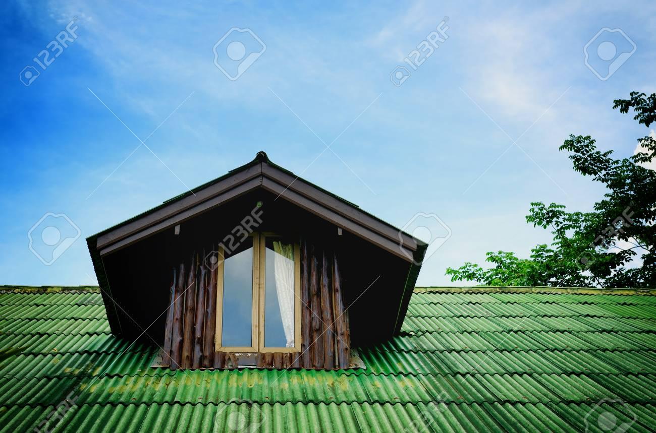 Zimmer Unter Dem Dach Mit Dunklen Holz