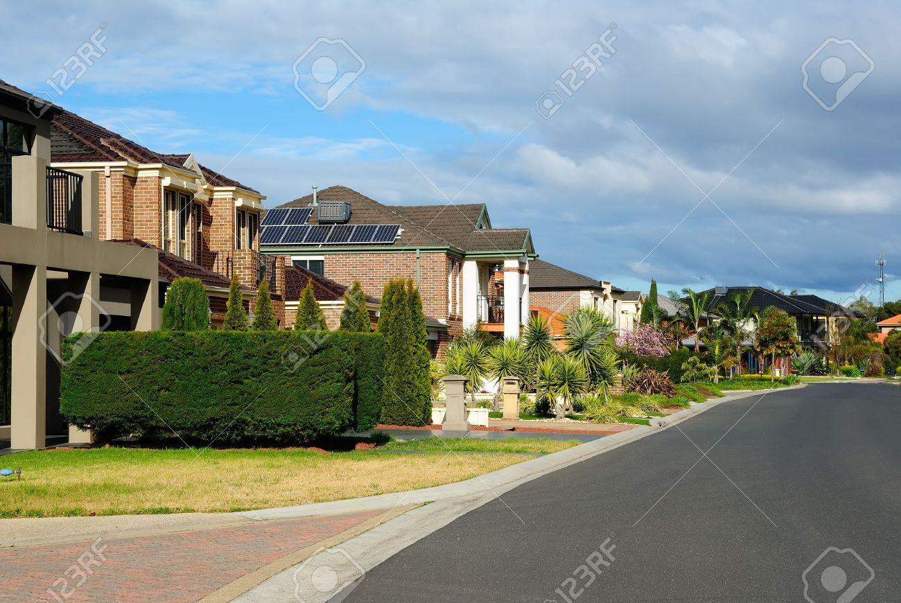 Suburban Street Mit Neuen, Modernen Häusern An Einem Schönen ...