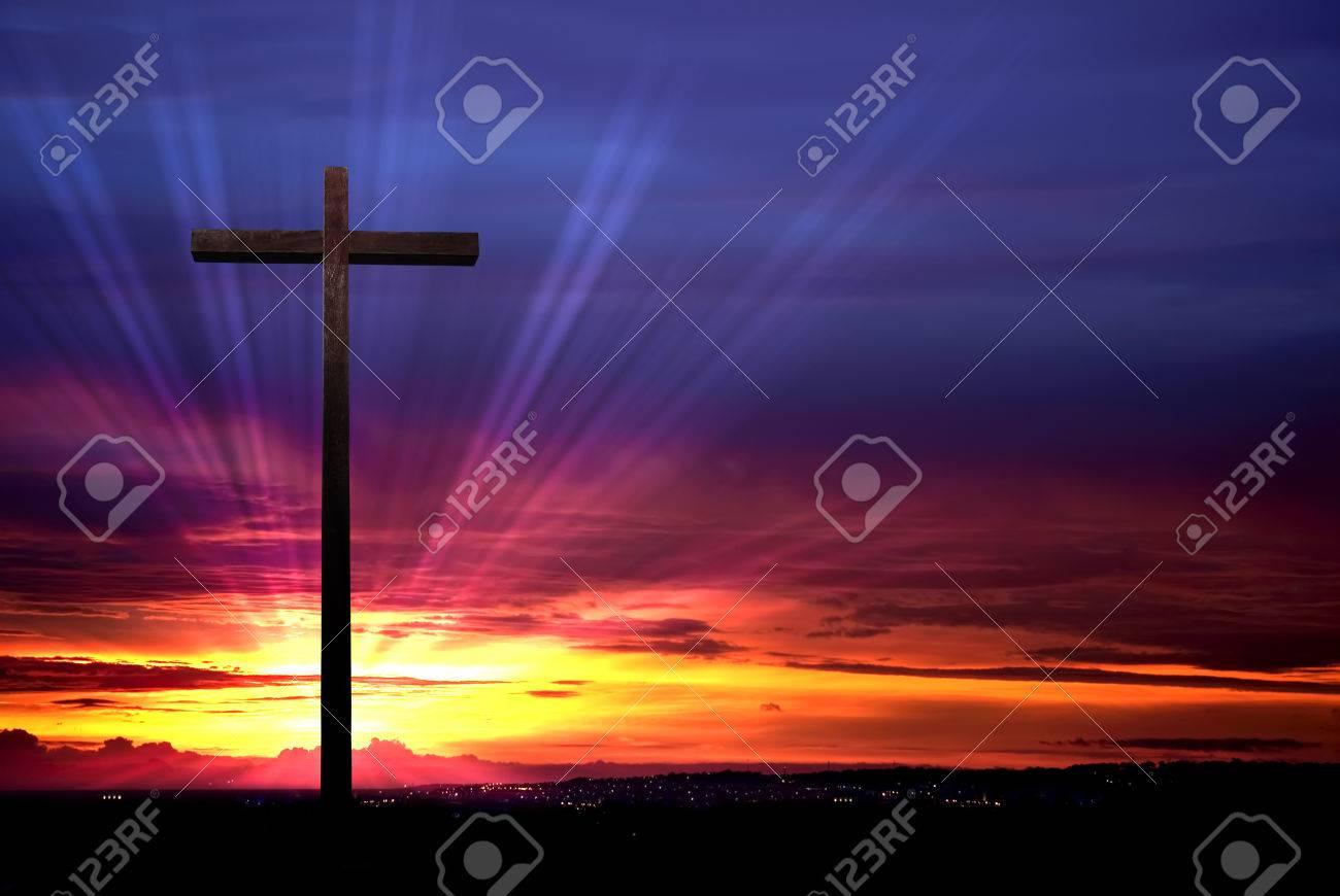 Religion et magie - Page 2 45039771-cross-silhouette-sur-le-ciel-dramatique-rouge-au-coucher-du-soleil
