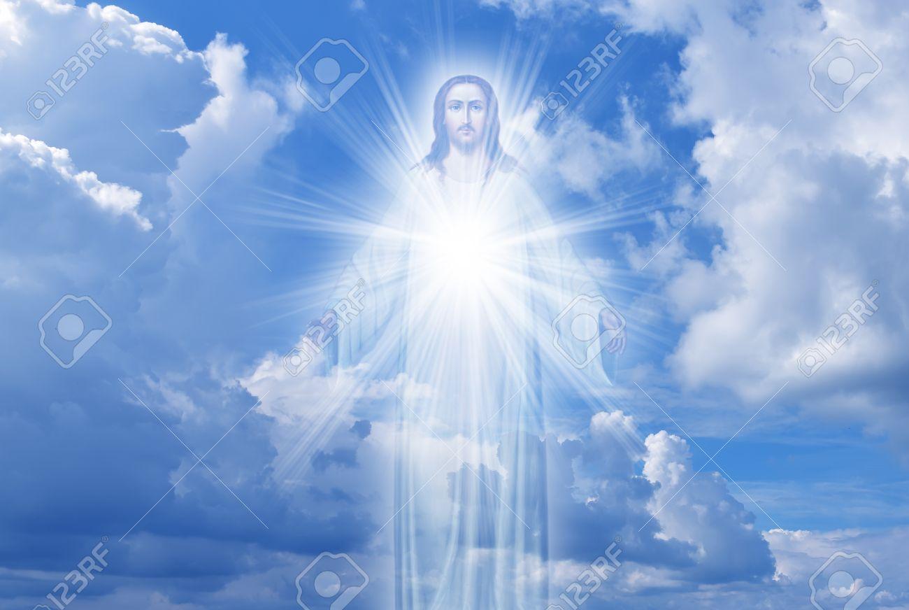 Diana DAMRAU - Page 7 64991516-j%C3%A9sus-christ-dans-le-ciel-avec-des-nuages-ciel