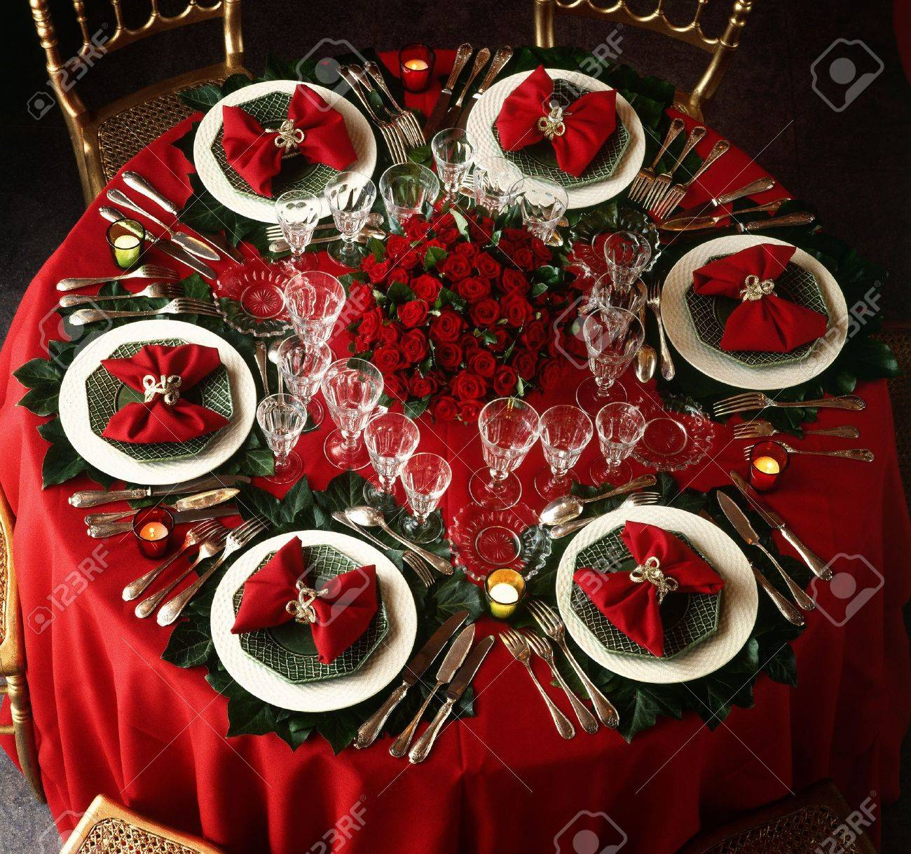 A decorated christmas dining table Standard-Bild - 17363857