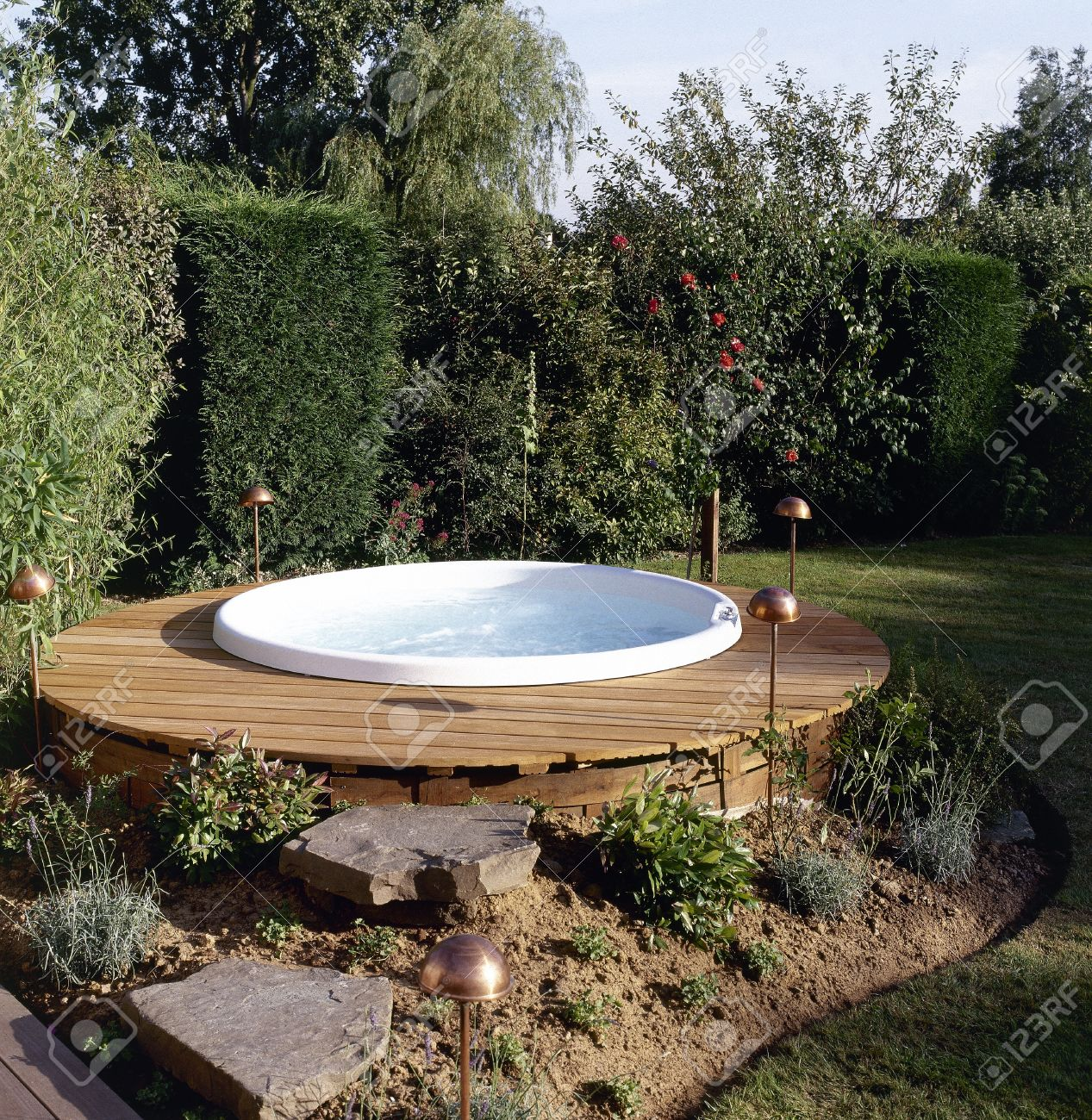 Beautiful outdoor jacuzzi in the backyard garden provides restful relaxation and solitude Standard-Bild - 19502780