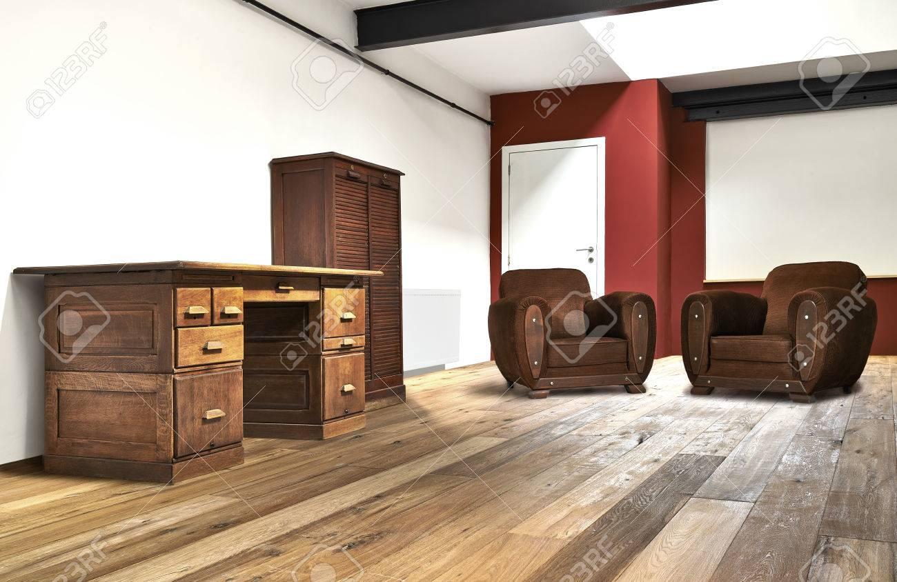 Vaste grenier intérieur le bureau et le plancher en bois banque d