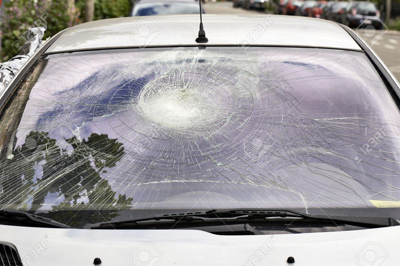 Broken Car Windshield from outside the car Standard-Bild - 40695675