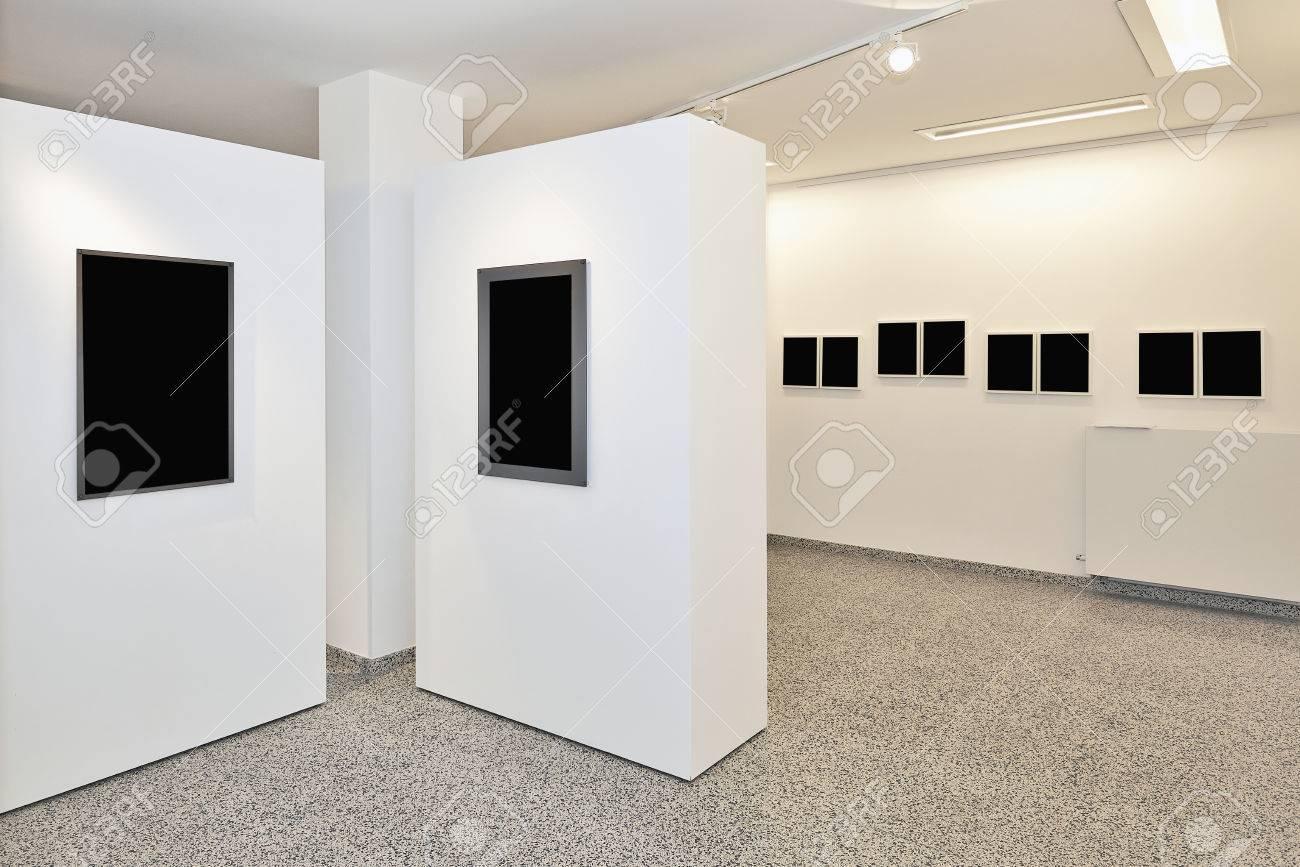 Galleria espositiva arte della parete montato con illuminazione