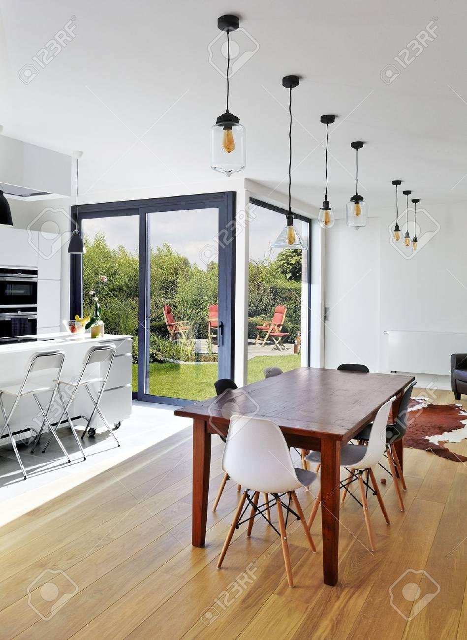 Unglaublich Wohnzimmer Stühle Ideen Von Leere Tisch Und Stühle Im Luxuriösen Mit