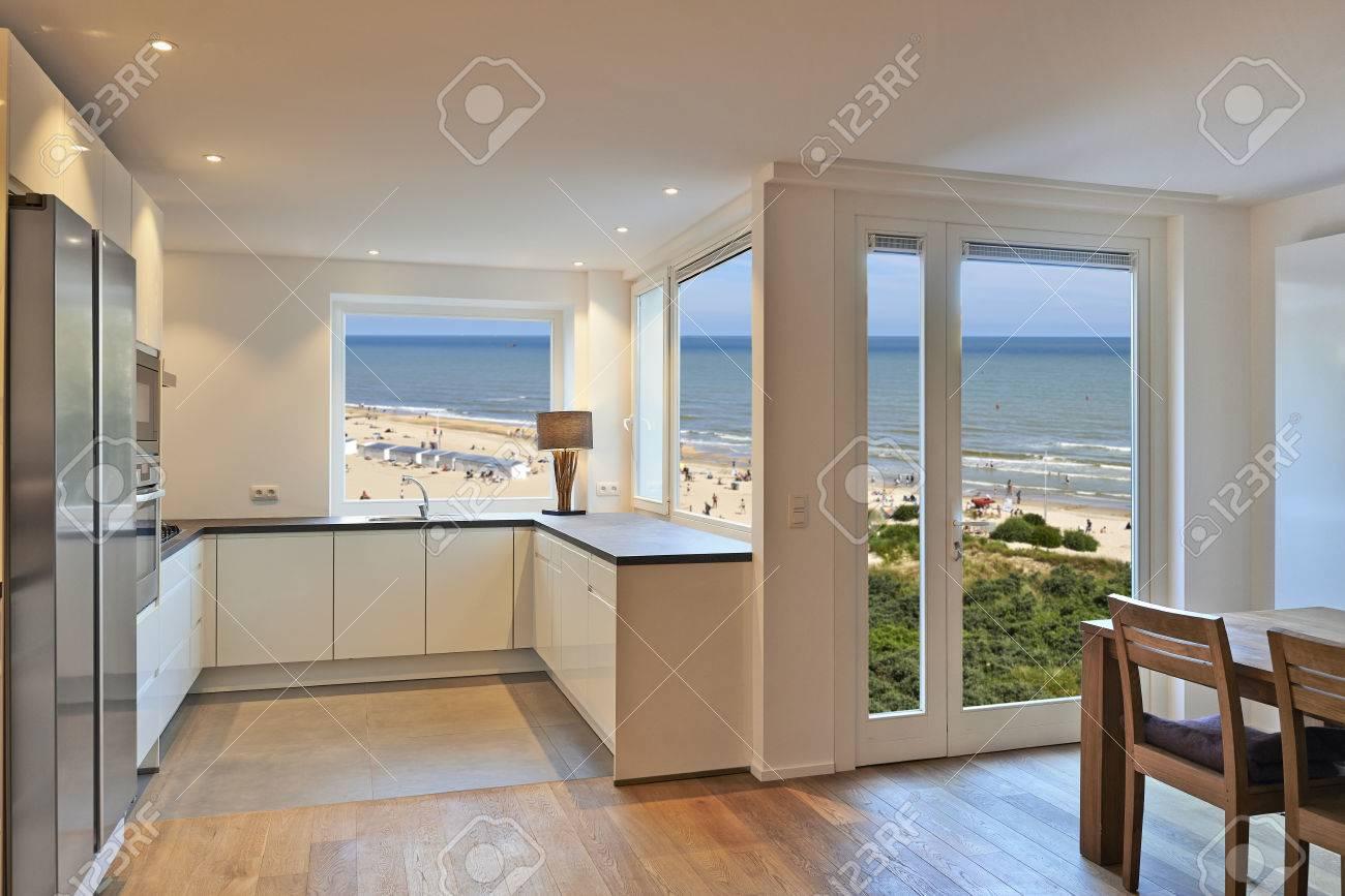 Cuisine moderne maison rénovée avec vue sur la plage à été