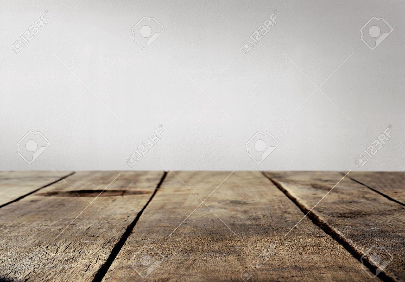 mesa de madera y fondo de la pared blanca foto de archivo