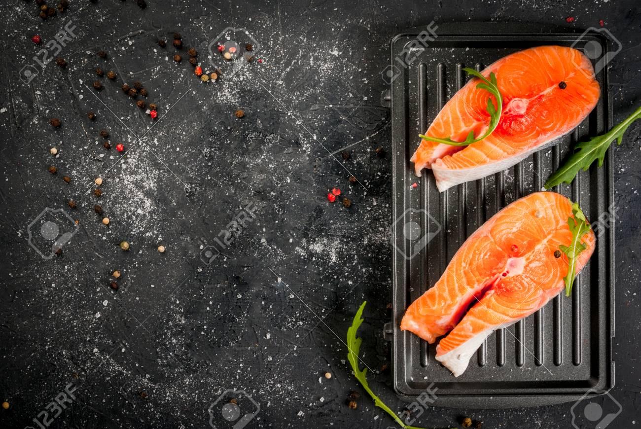 Prime tranci di salmone crudi sulle schede per la griglia su un