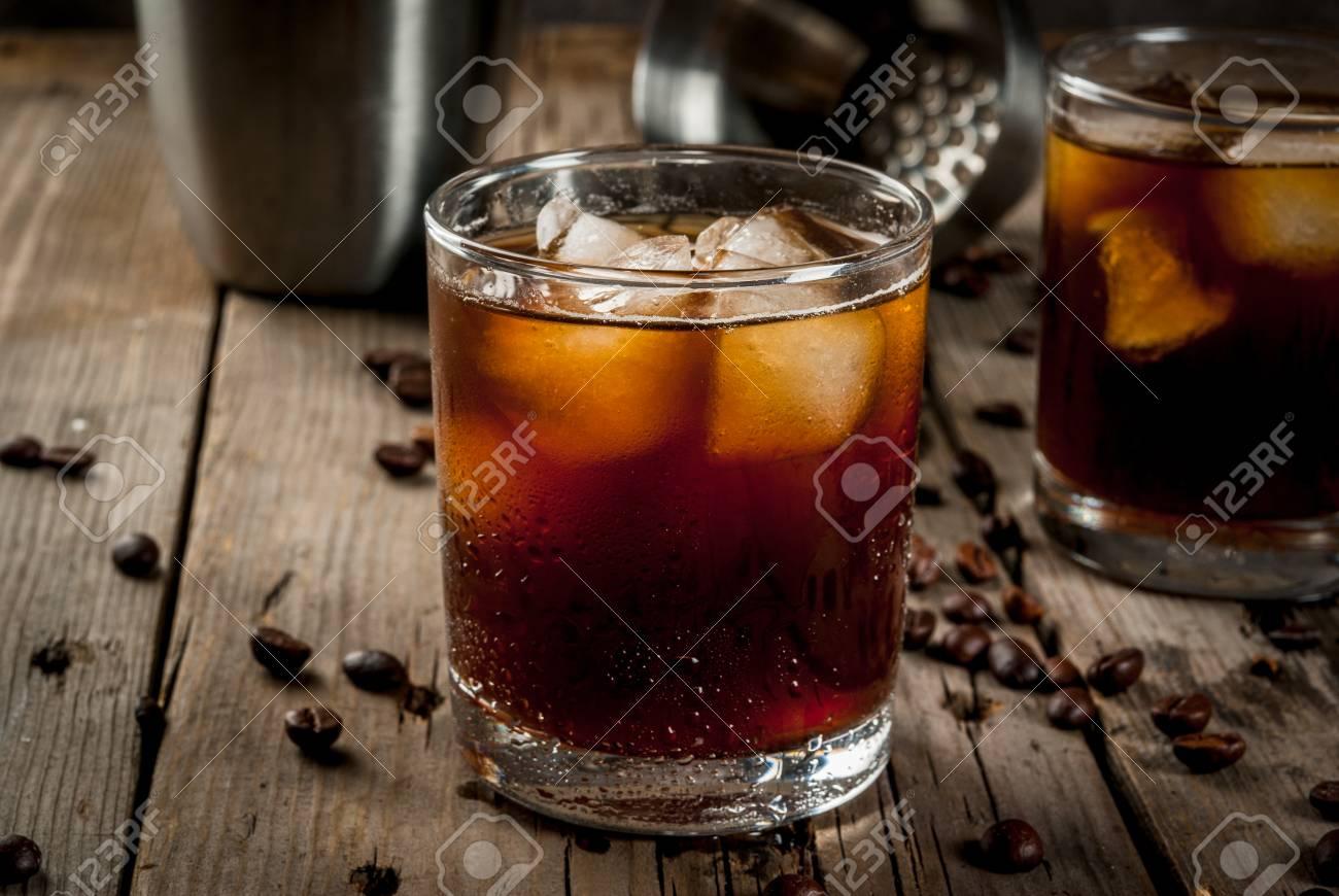 Alkohol. Getränke, Boozy Schwarzer Russischer Cocktail Mit Wodka Und ...