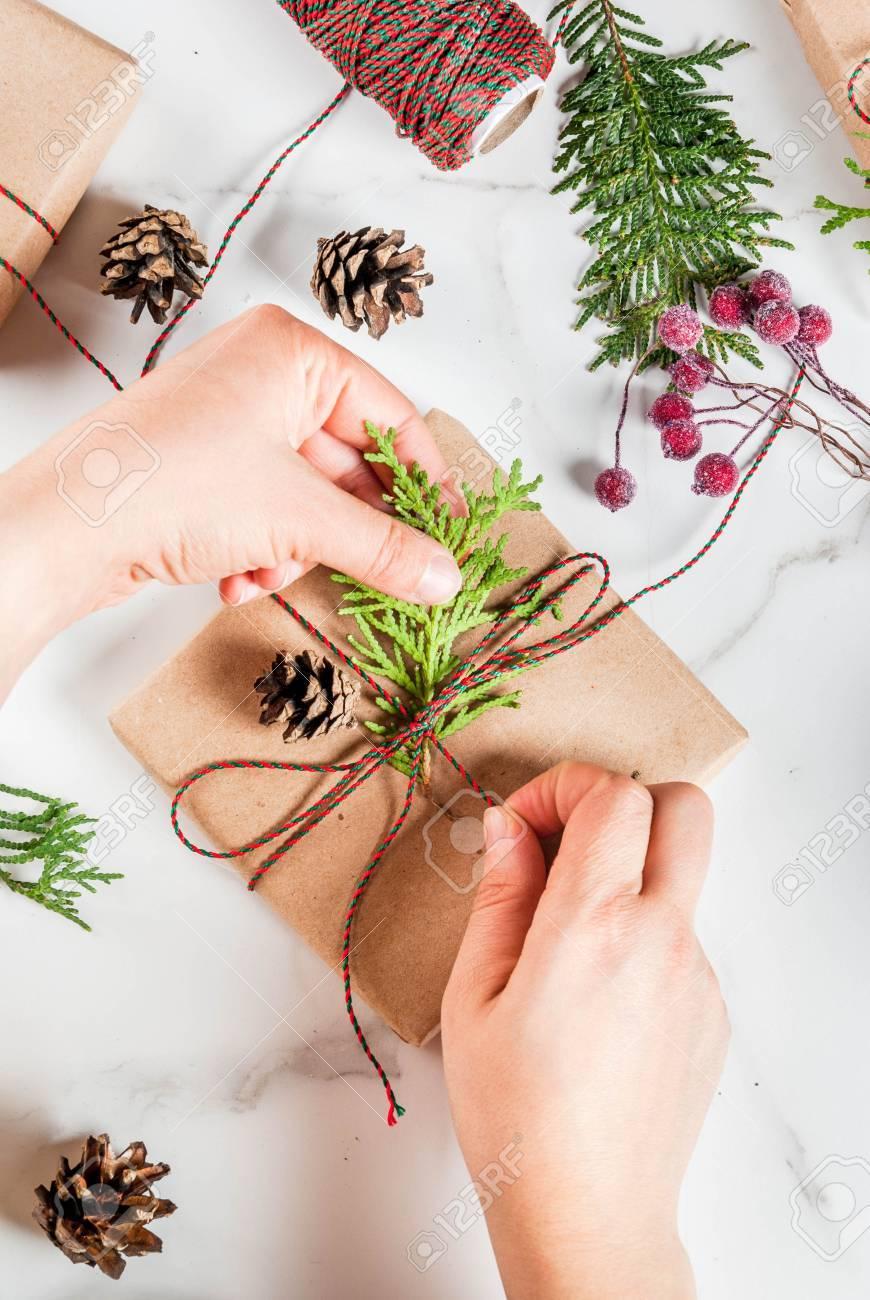 Frau Dekorieren Weihnachtsgeschenk Oder Geschenkschachtel Mit