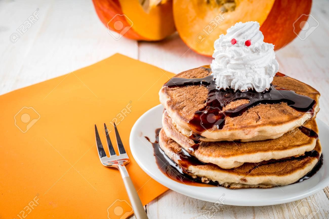 Halloween Traktaties.Ideeen Voor Het Ontbijt Van Kinderen Traktaties Voor Thanksgiving En Halloween Pannenkoeken Met Chocoladesaus En Slagroom In De Vorm Van Een Spook