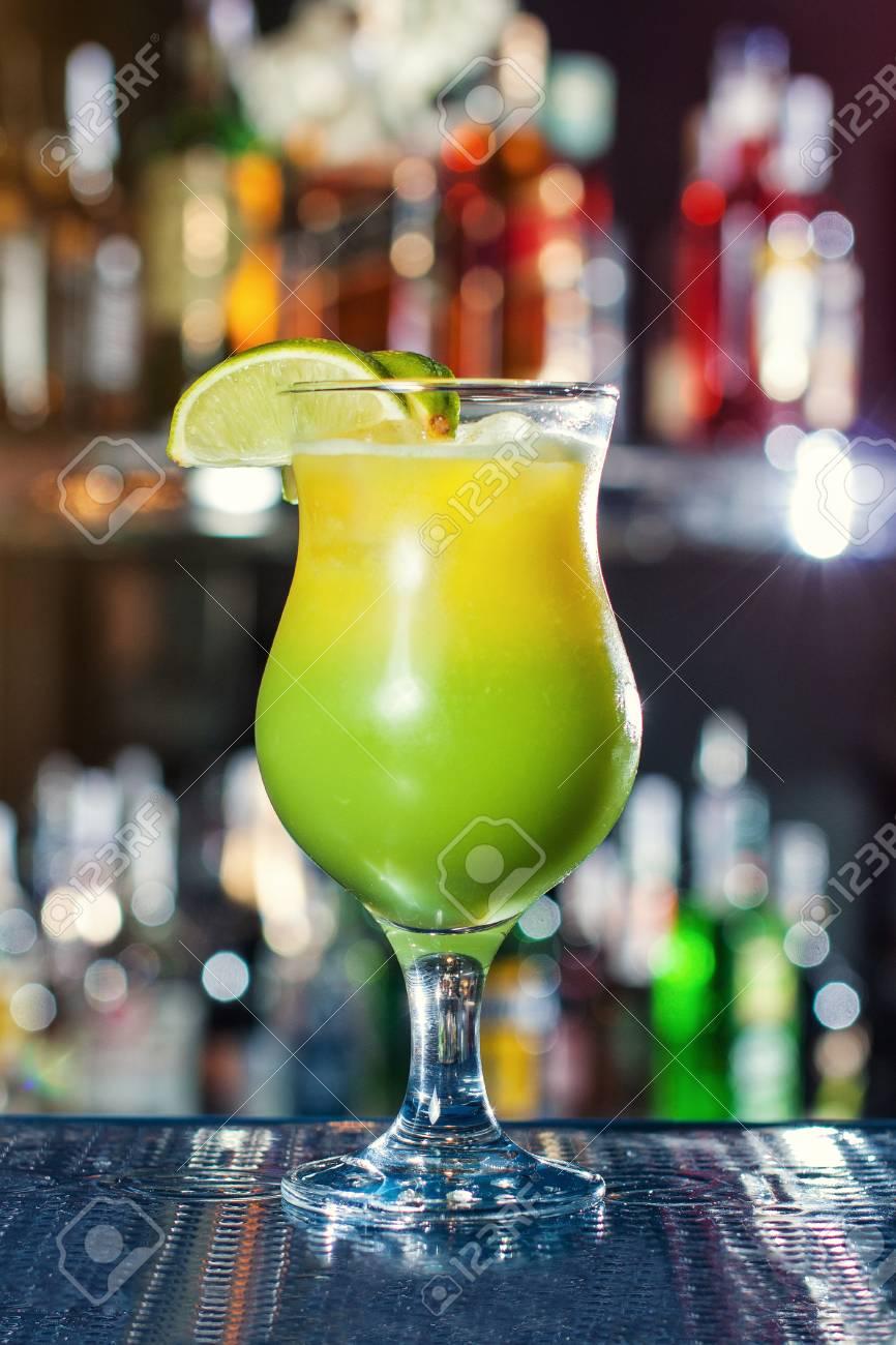 Helles Gelb-grünes Cocktail, Garniert Mit Limonen. Klassische ...