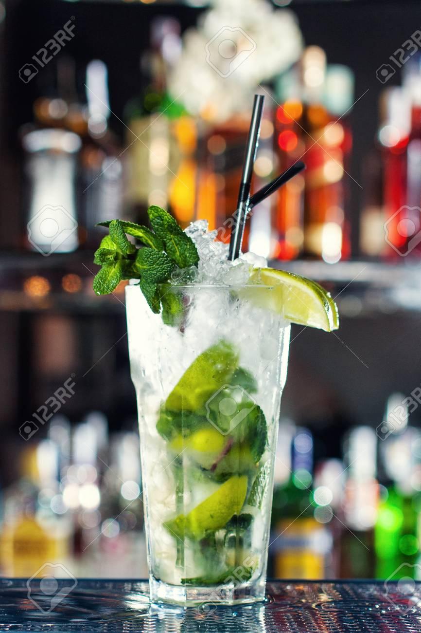 Cocktail Auf Basis Von Weißem Rum Und Minzblättern. Klassische ...