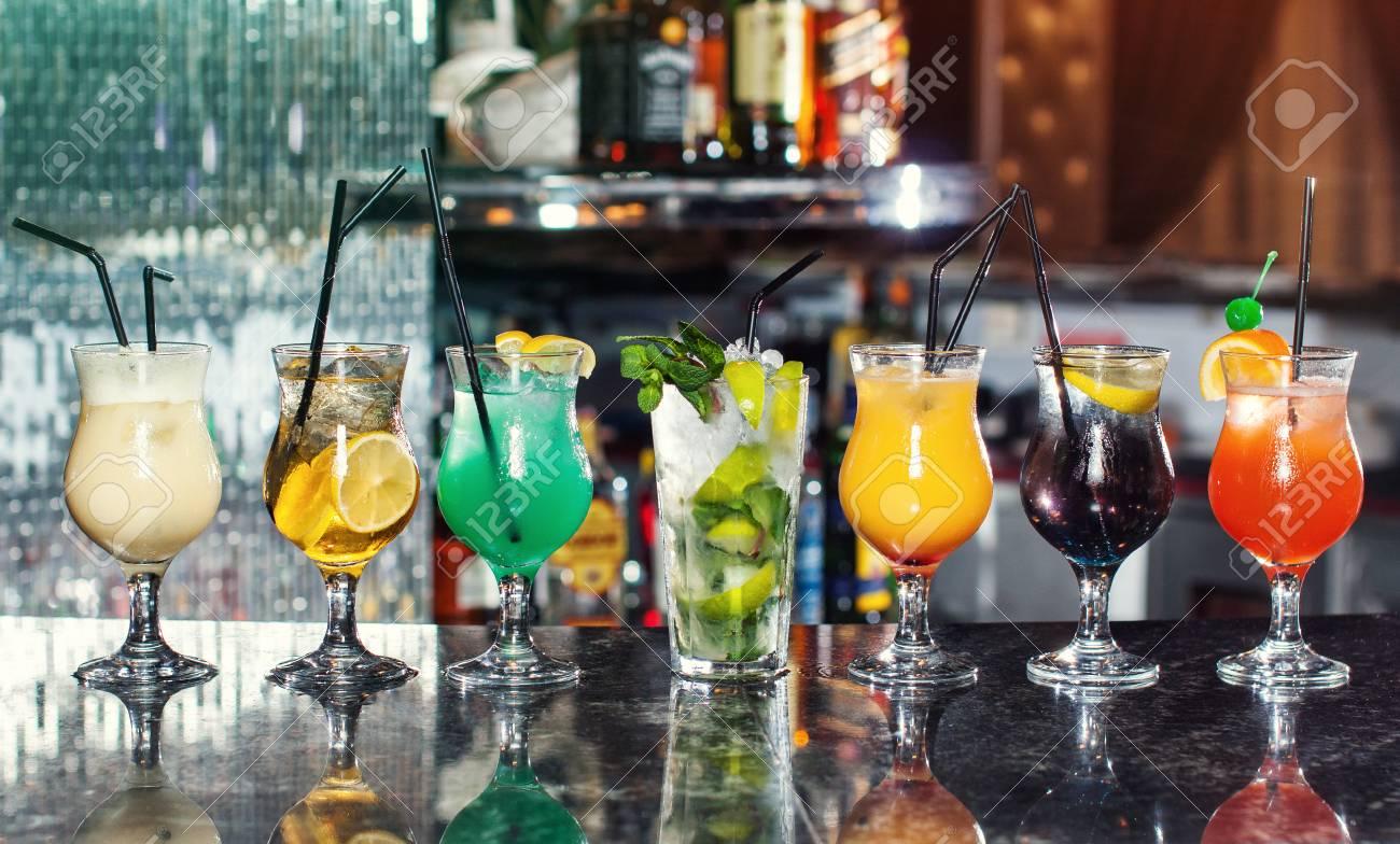 Set Mit Klassischen Alkoholischen Cocktails, Cocktails An Der Bar ...