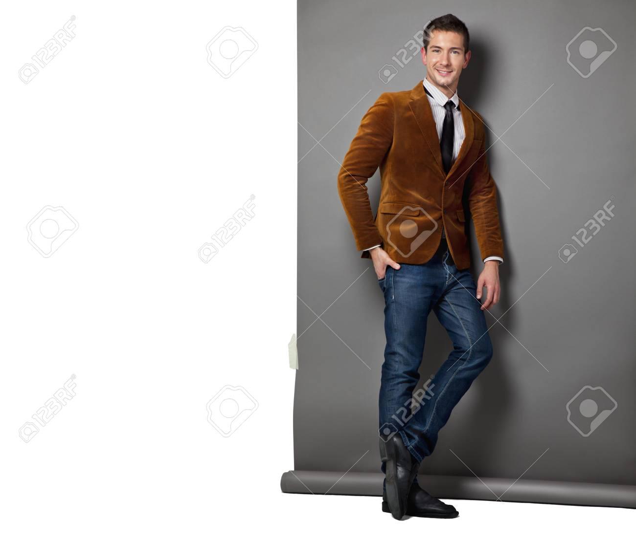 nuevo producto 30665 e1030 Hombre caucásico joven con chaqueta de pana