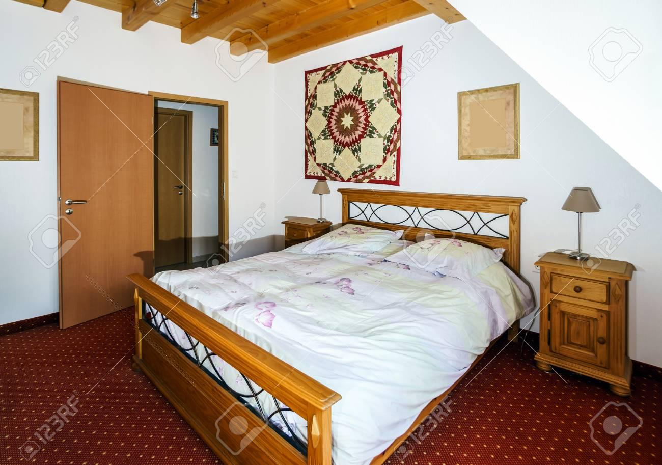 Chambre Confortable Pour Deux Adultes, Le Style De Campagne Banque D ...