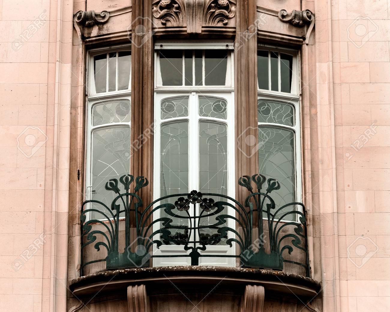 Belles fenêtres de style architectural moderne, maison ancienne à Strasbourg