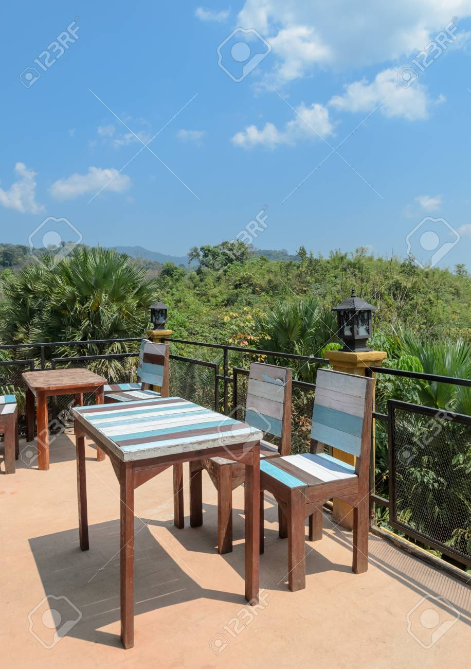 Terraza Al Aire Libre Y Muebles De Patio Con Vistas A La Montaña. El ...