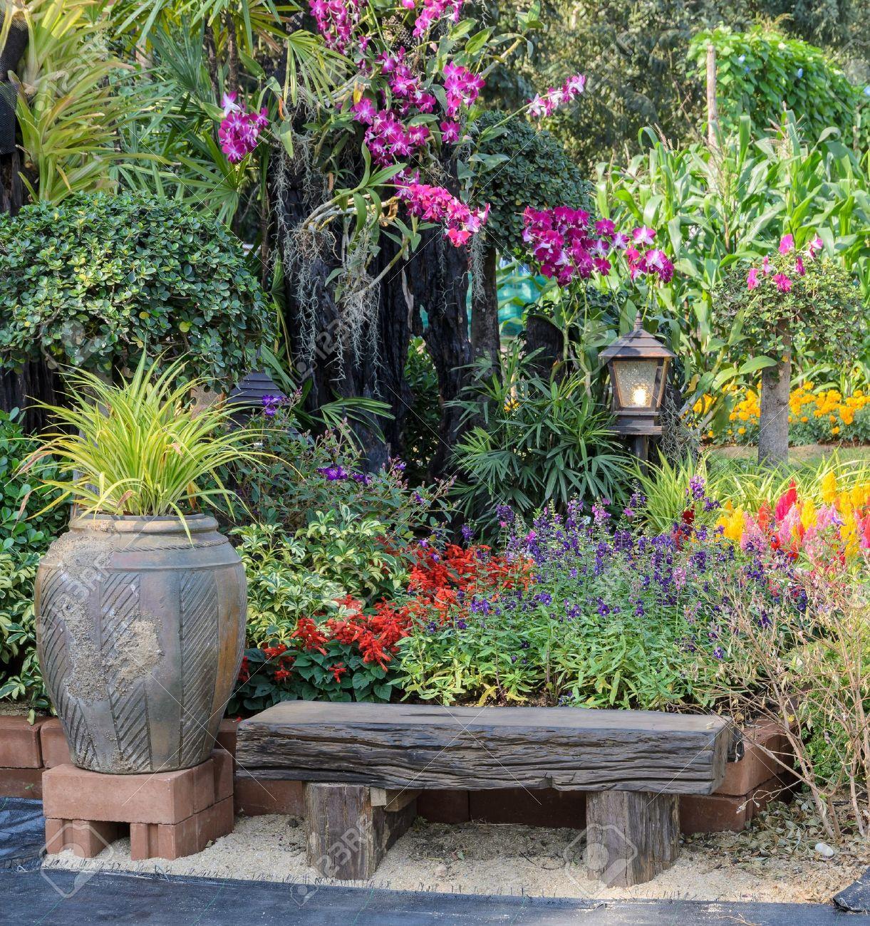Siège En Bois Et Jardin Fleuri Décoré Dans Le Parc Banque D\'Images ...