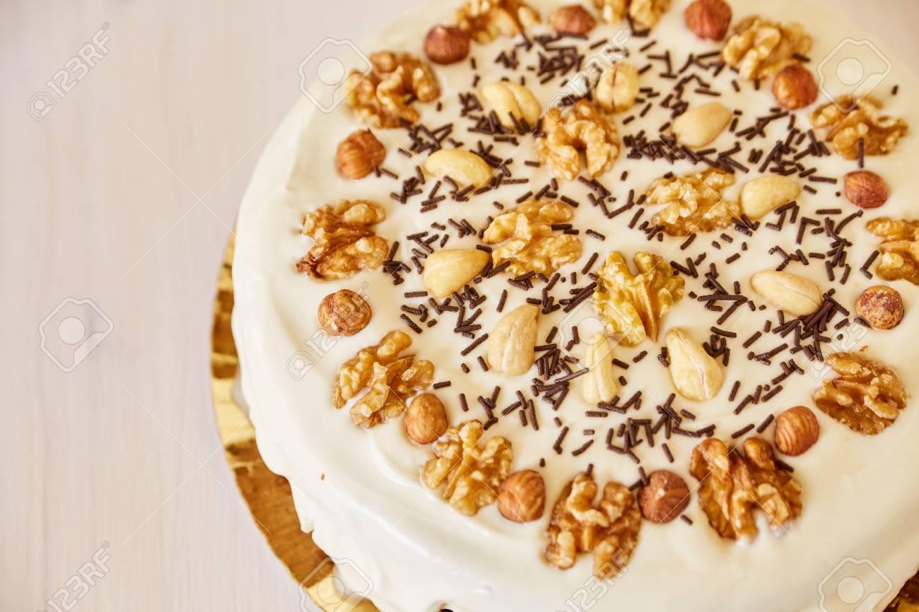 Selbst Gemachter Kuchen Mit Weisser Belag Und Schokoladenstuckchen