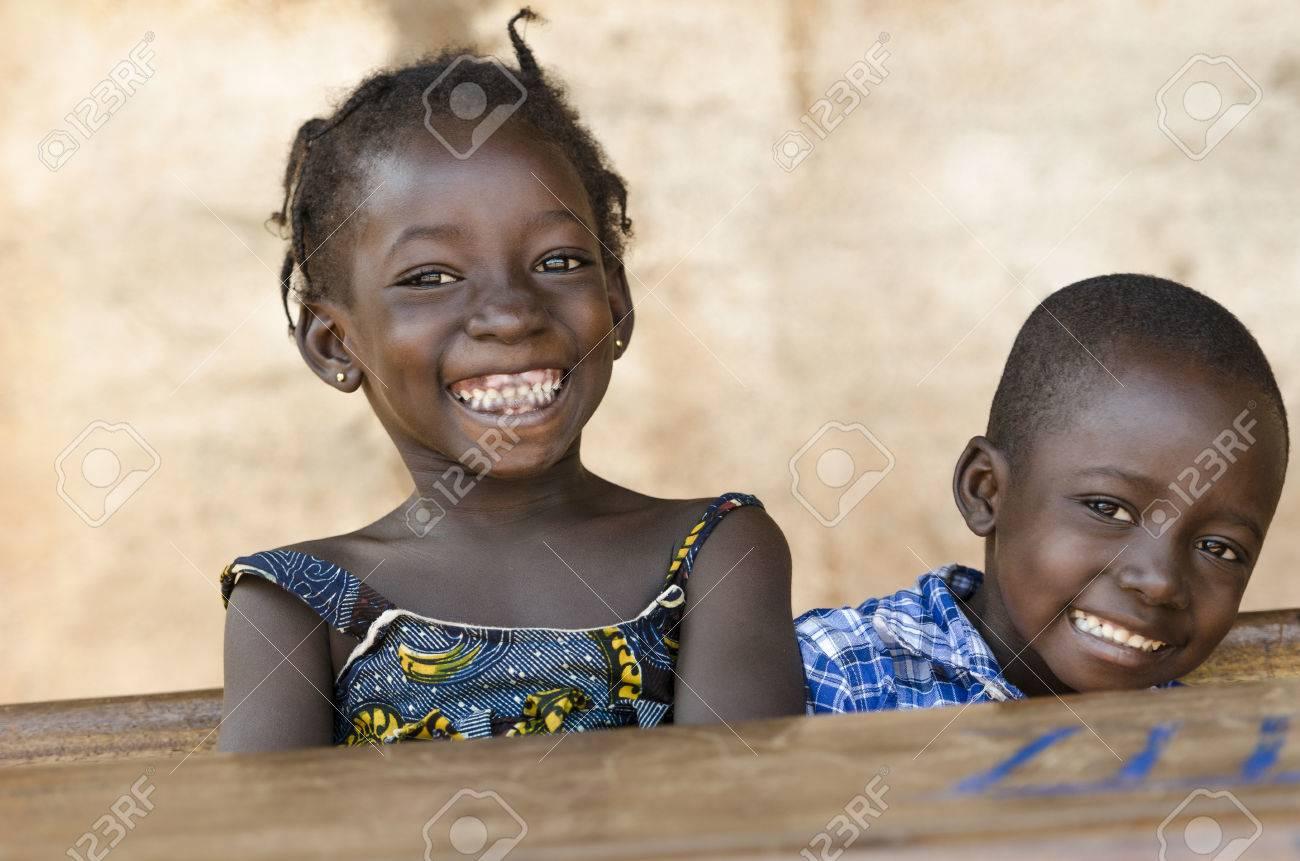 448f1f57c9 Archivio Fotografico - Simbolo di felicità: coppia di bambini africani che  ridono a scuola