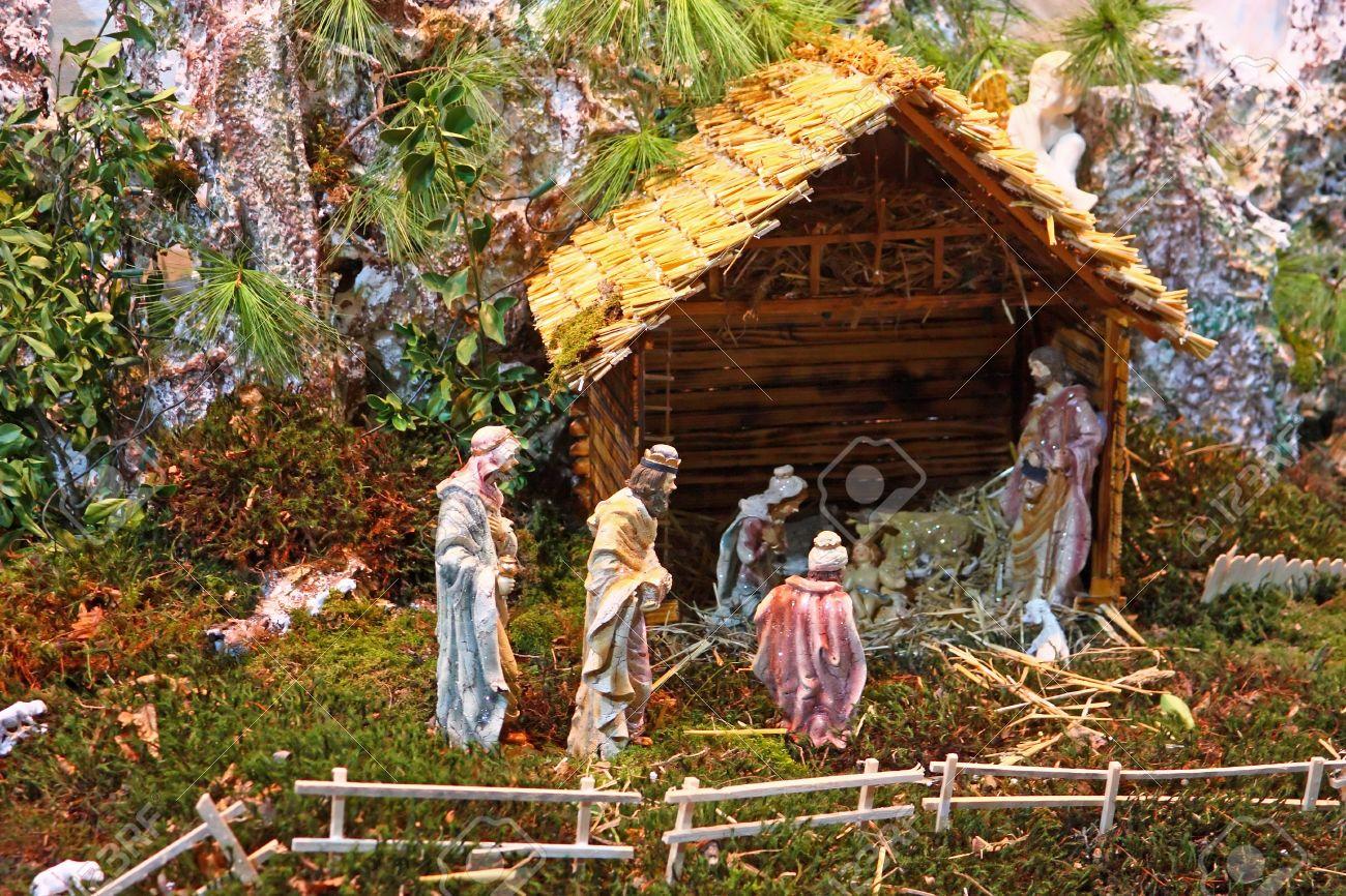 Julen julkrubba av jesus födelse i en gammal stuga royalty fria ...