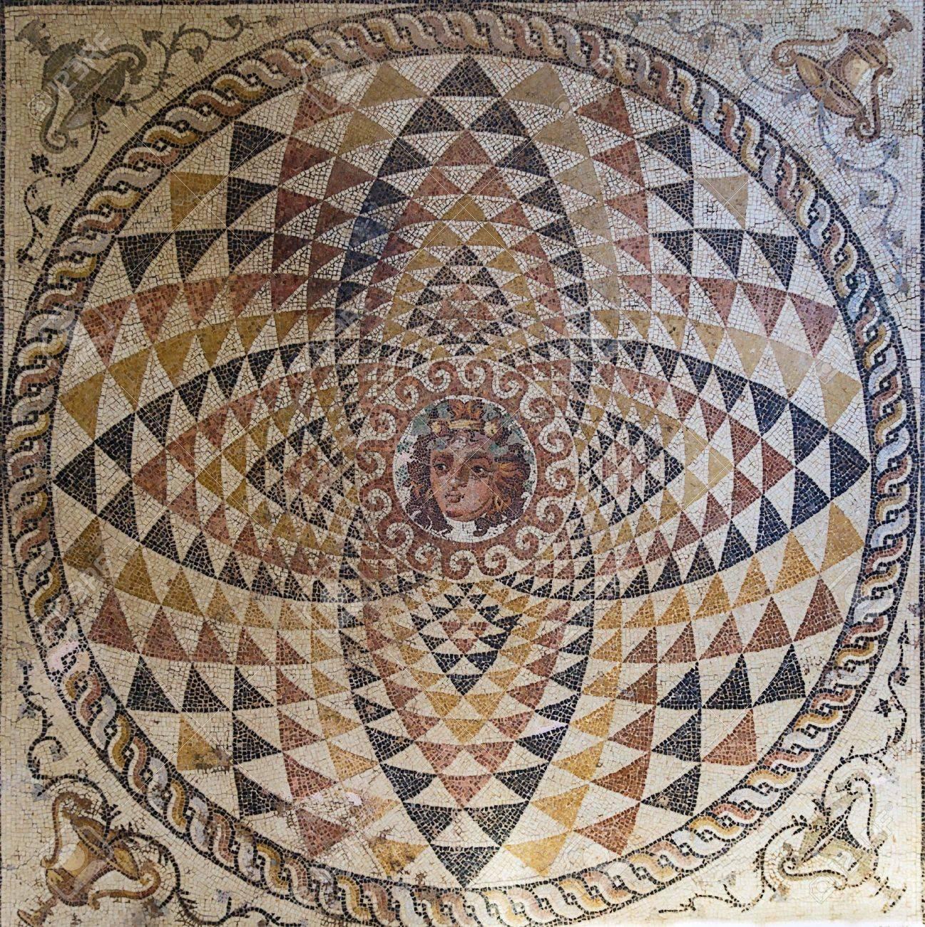 21039027-mosaico-en-el-museo-en-la-antigua-Corinto-Grecia-Foto-de-archivo.jpg