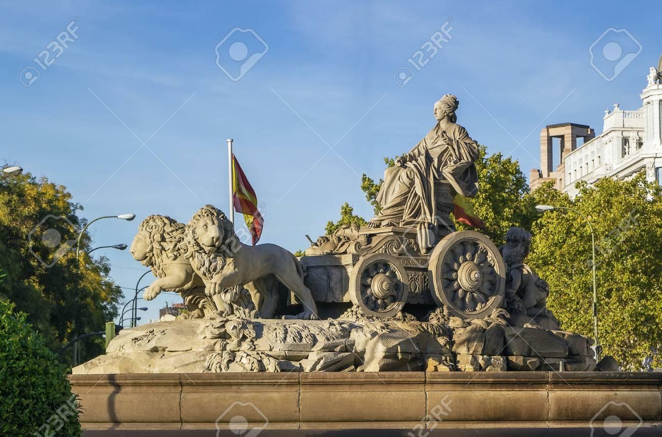 Architettura A Madrid fontana di cibeles è uno dei più famosi monumenti di architettura di  madrid, situato sulla piazza cibeles nel centro di madrid, spagna