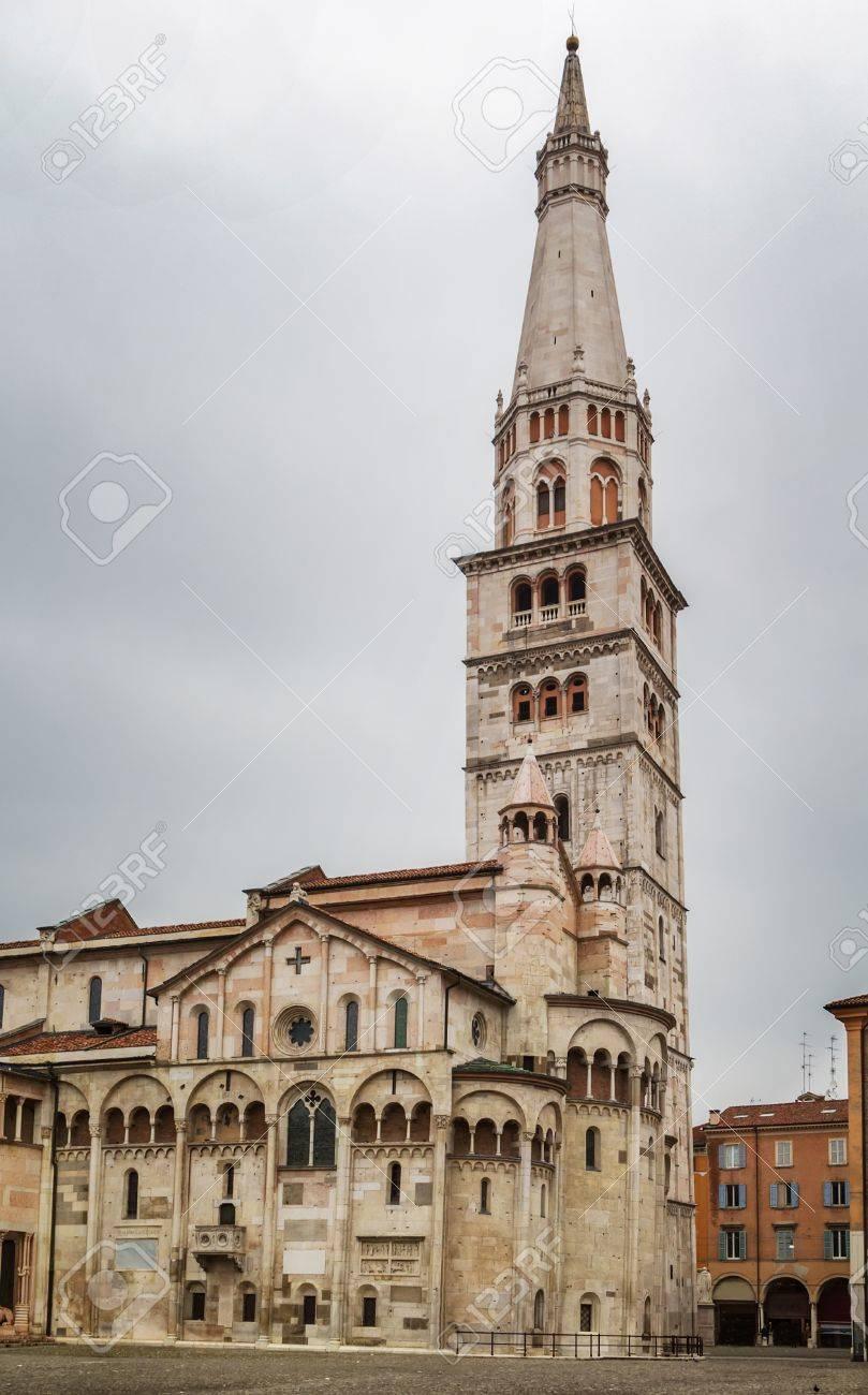 ギルランディーナ モデナの大聖堂は、モデナ、イタリアのローマ カトリック教会ロマネスク様式の教会です。1184  に奉献された重要なロマネスク様式のヨーロッパと世界遺産の建物です。