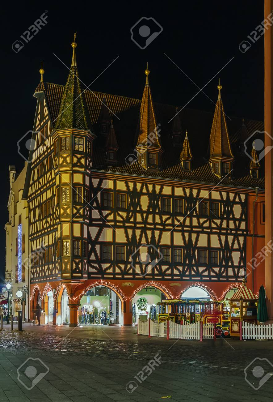 Casa Histórica Con Entramado De Madera En Fulda Por La Noche ...