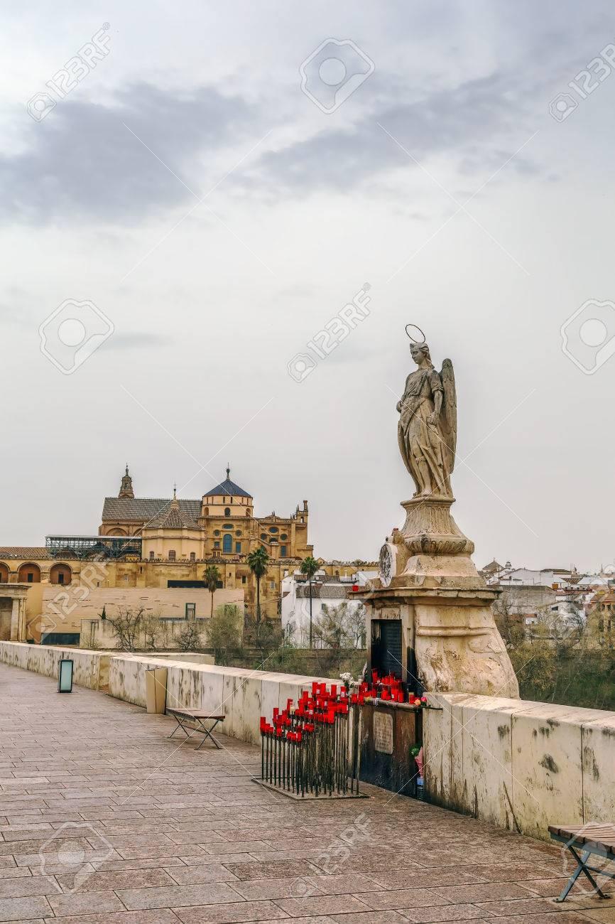Sculpture De Saint Raphael Sur Le Pont Romain De Cordoue Espagne