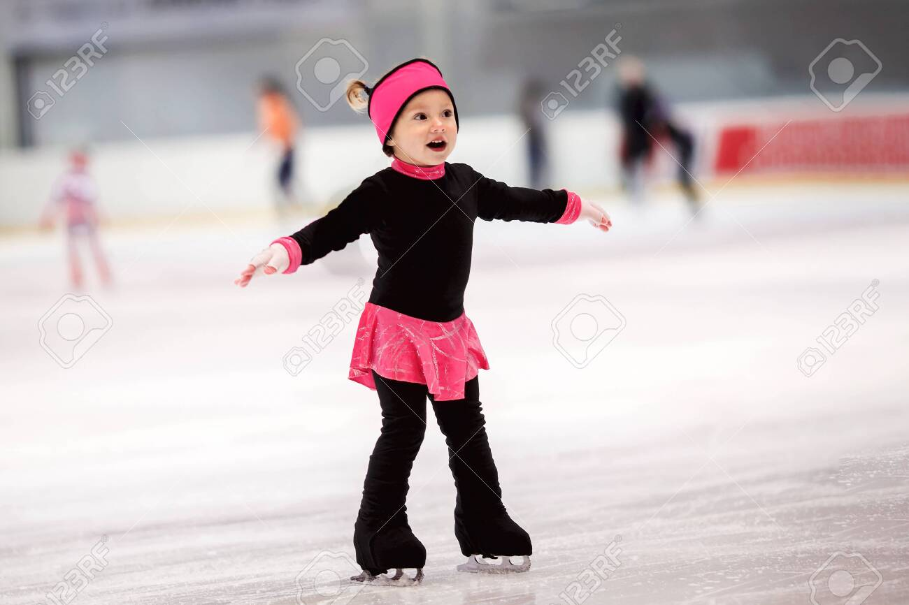 Beautiful girl learns to skate - 131781208