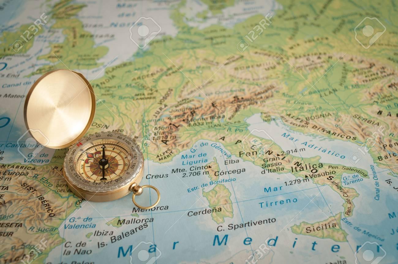 Carte De Leurope A Trou.Plaque Or Vieux Compas Se Trouvant Sur La Carte De L Europe