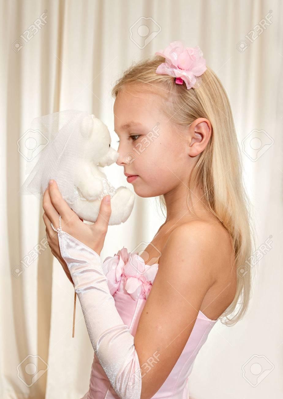 Kleines Mädchen Spielt Mit Hochzeit Teddy-Bear. Mädchen Tragen Rosa ...