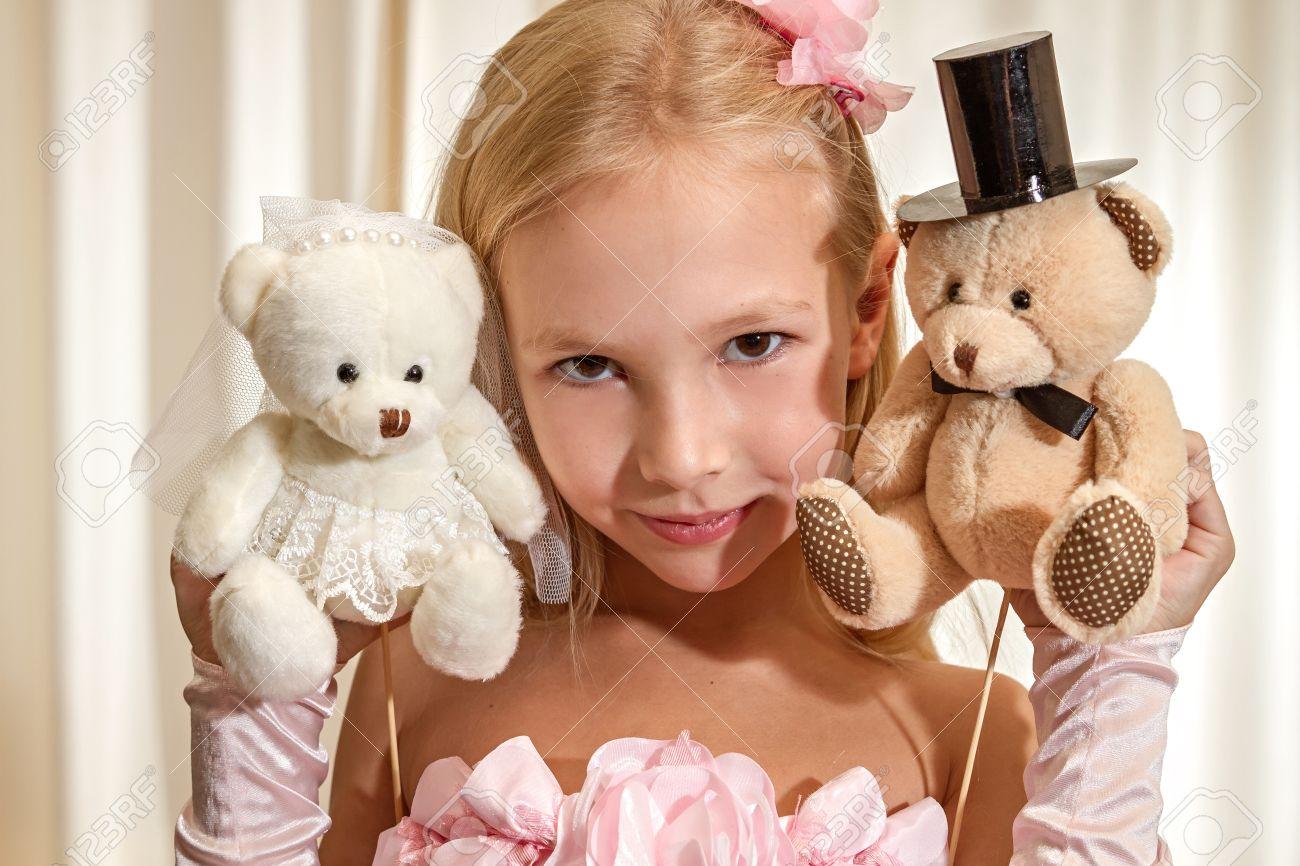Kleines Mädchen Spielt Mit Hochzeits Teddybär. Mädchen Tragen Rosa ...