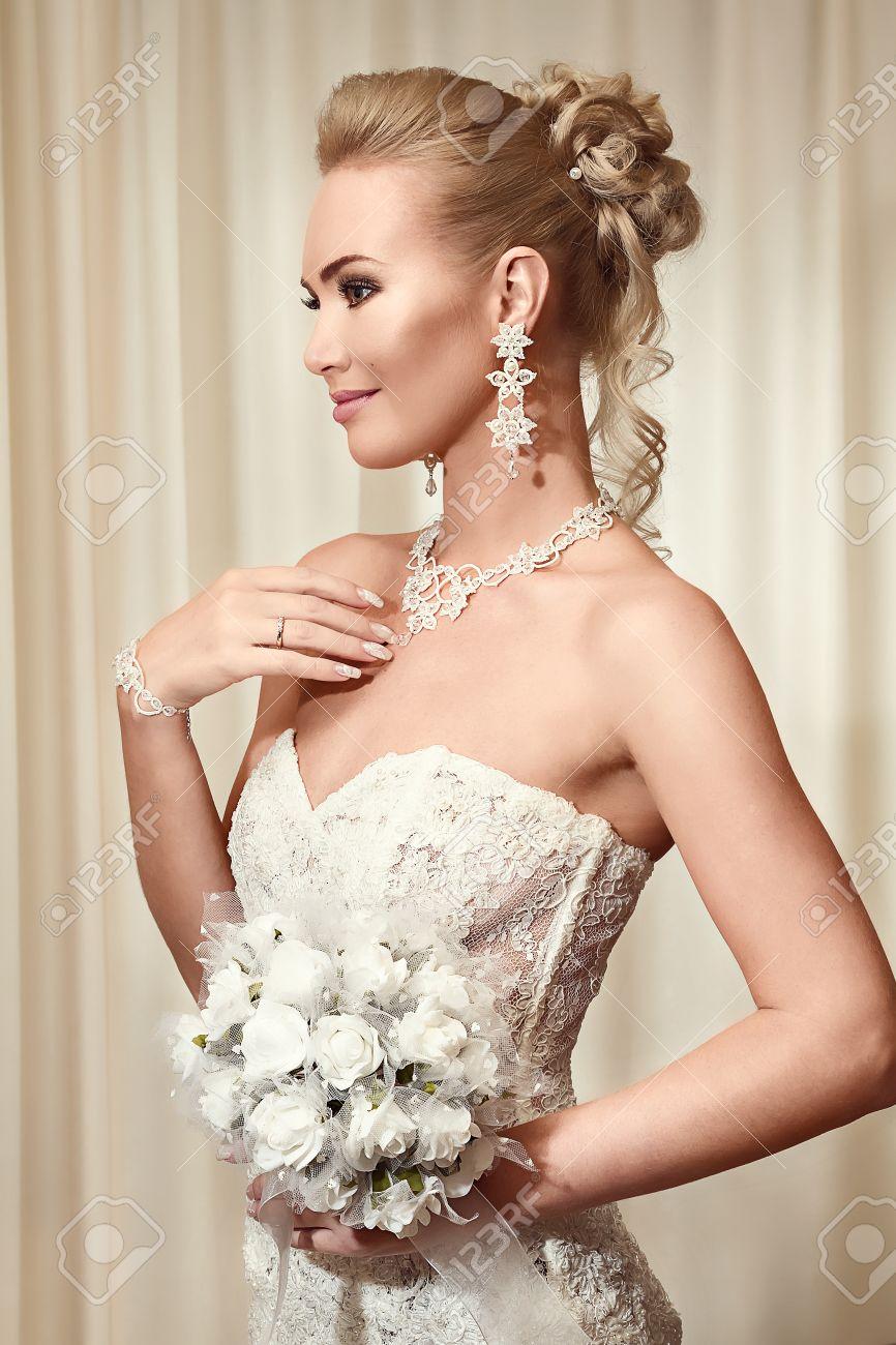 Schöne Braut Im Eleganten Weißen Spitze-Hochzeitskleid Tragen ...