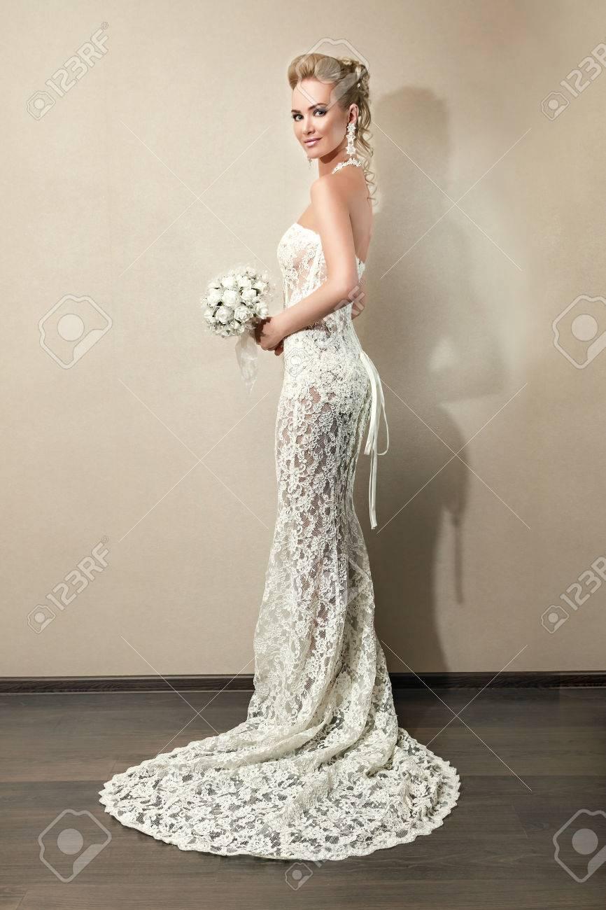 In Voller Länge Porträt Einer Schönen Braut Mit Bouquet. Schöne ...