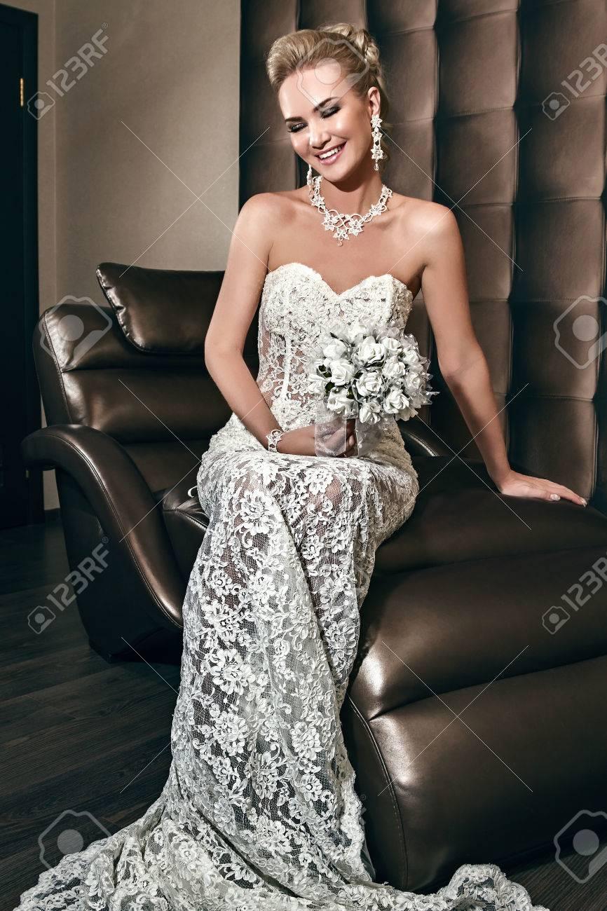 Portrait Eines Glücklichen Schönen Braut Sitzt Auf Dem Stuhl Und ...