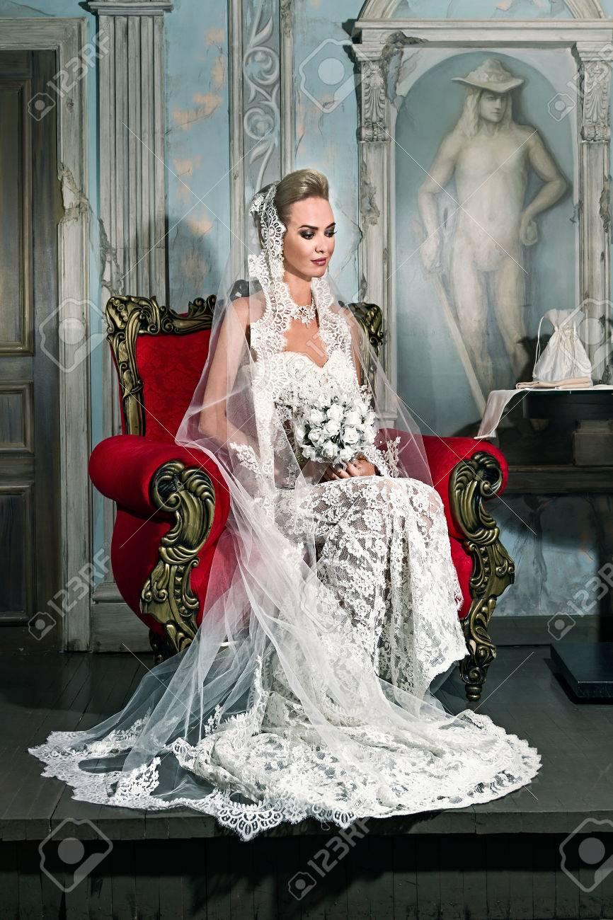 Portrait Eines Glücklichen Schönen Braut Sitzt Auf Vintage Stuhl Und ...