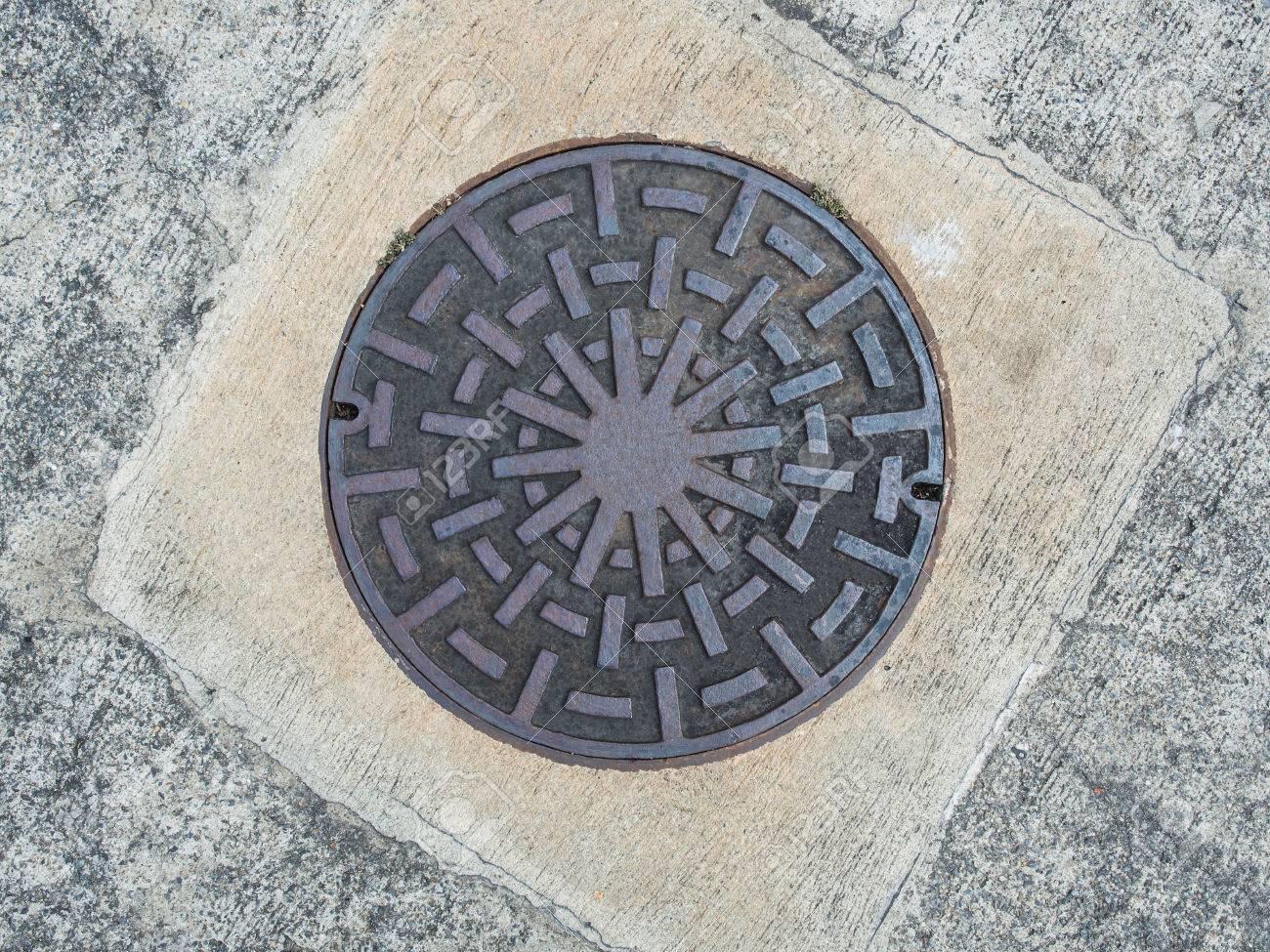 Cercle Couvercle De Trou D Homme De Fer Rouillé Sur Sol En Béton