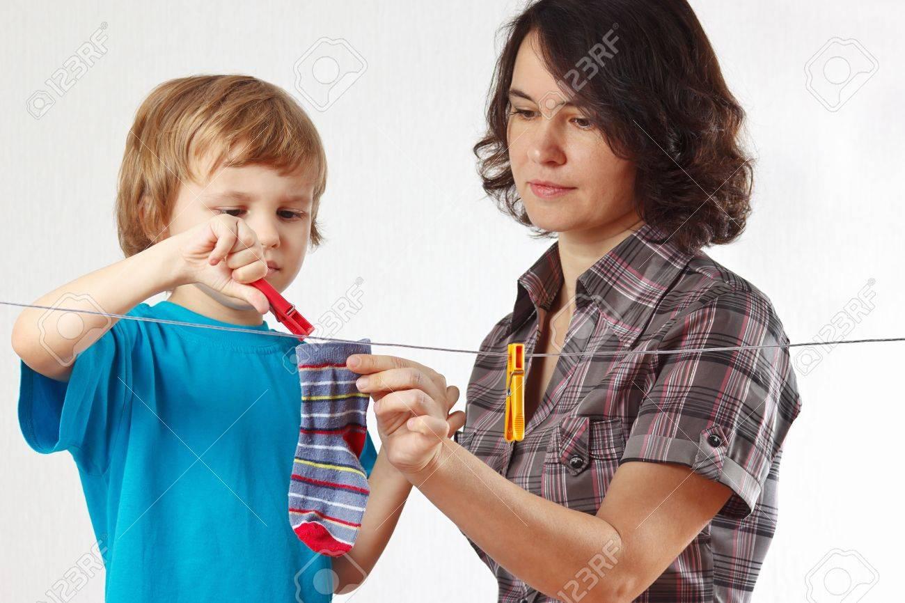 Сын помогает маме 3 фотография