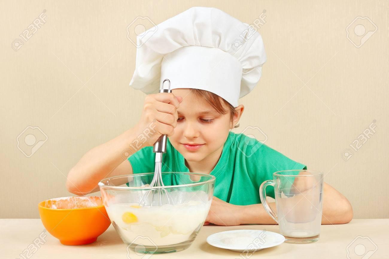 Junge Lustige Junge In Kochmutze Bereitet Den Teig Den Kuchen Zum