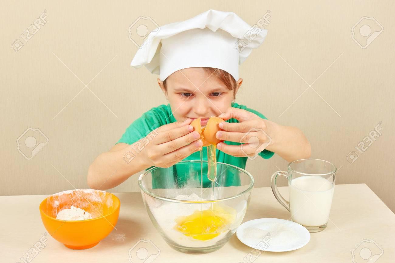 Kleine Lustige Koch Giesst Eier Den Kuchen Zum Backen Lizenzfreie