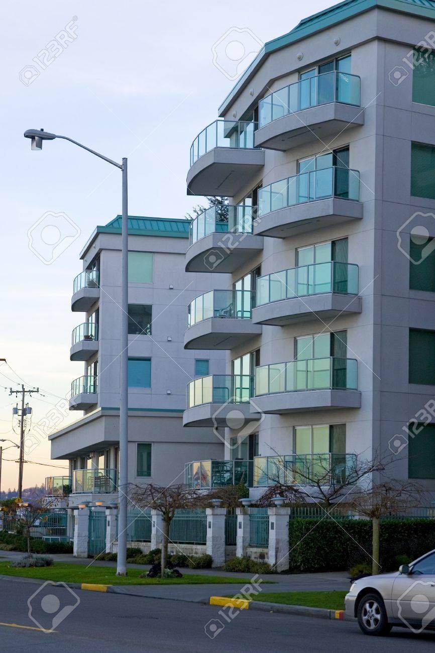 Fesselnde Moderne Mehrfamilienhäuser Das Beste Von Mehrfamilienhäuser Mit Getönten Scheiben Bei Sonnenuntergang. Standard-bild