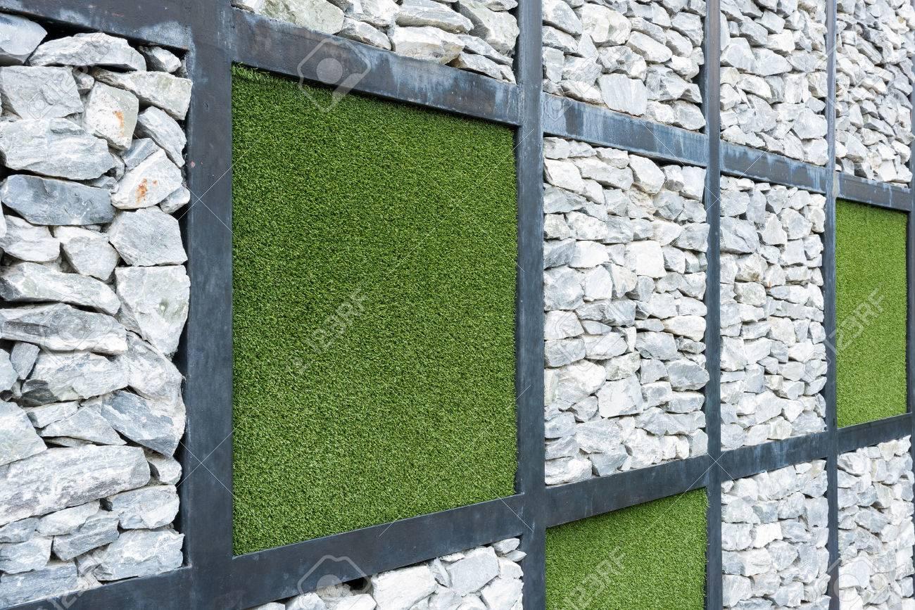 Wand Aus Stein Und Künstlichen Gras Hintergrund. Lizenzfreie Fotos ...
