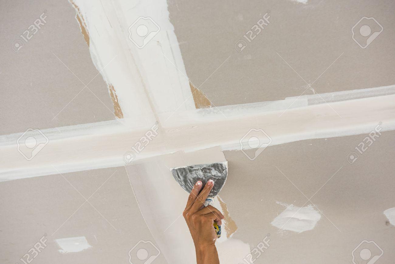 mann hand mit kelle eine decke, spachtelung verputzte wände
