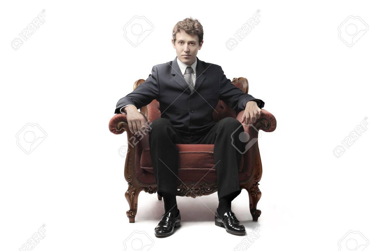 сидит в кресле фото