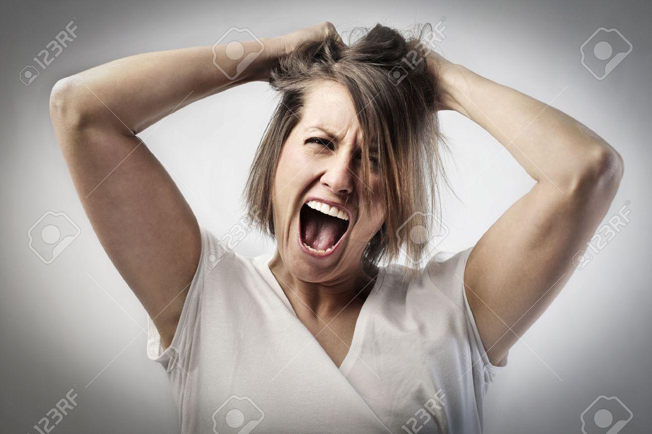 激怒の女性叫んで、彼女の髪を引っ張る の写真素材・画像素材 Image ...