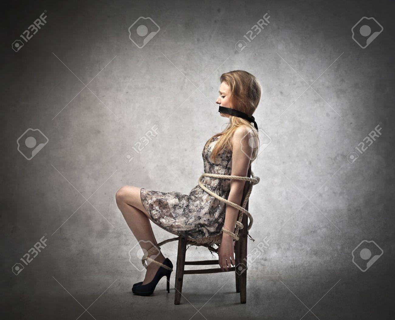 Привязанные к стулу девушки 12 фотография